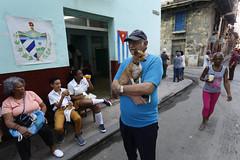 Un grupo de personas permanece en la entrada de un colegio electoral en La Habana, el 24 de febrero, durante el referendo sobre la nueva Constitución de Cuba. Crédito: Jorge Luis  años/IPS (IPS Inter Press Service) Tags: habana lahabana cuba constitucion referendo socialismo cartel pancarta personas consulta poderpopular reforma constitucional colegio prueba dinamica coordinadores circunscripcion mascota perro