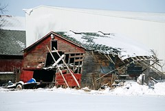 Barn in Walworth County, Wisconsin (Cragin Spring) Tags: wisconsin wi rural unitedstates usa unitedstatesofamerica snow winter farm farming red walworthcounty southernwisconsin decay old