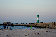 an evening at the lighthouse (ericgrhs) Tags: lighthouse sky people himmel leuchtturm warnemünde rostock ostsee balticsea mecklenburgvorpommern sunset sonnenuntergang meer sea ocean beach strand