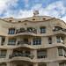 Nahaufnahme Haus Casa Milà von Architekt Antoni Gaudi erinnert an Friedrich Hundertwasser nahe des Placa del Cinq d'Oros in Barcelona, Spanien