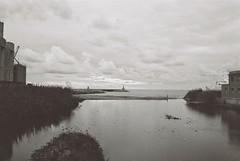 Foce del fiume Impero in un fine pomeriggio nuvoloso. (paolapaoletta) Tags: canoneos3000v delta100 biancoenero blackandwhite imperia liguria italy river fiume foce film analog analogcamera