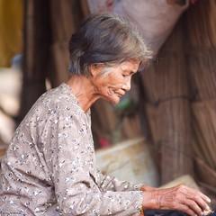 IMGP4457 The old lady (Claudio e Lucia Images around the world) Tags: kompongphlukfloatingvillage siemreap cambodia kompong phluk floating village siem reap pluck cambogia people portrait lady nice woman hat pentax pentaxart pentaxk3ii tamron tamron70200 tamronlens tamronart ritratto kampong houses stilts barca polso persone albero acqua oldwoman granny oldlady