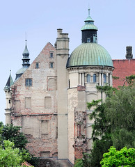 4712 Rückansicht vom Schloss Güstrow - das Güstrower Schloss ist eines der bedeutendsten  Renaissancebauwerke Norddeutschlands und ist weitgehend im Originalzustand erhalten. Der  Nordflügel des Schlosses wurde 1591 nach Entwürfen des Architekten Philipp (stadt + land) Tags: rückansicht schloss güstrower schlos renaissancebauwerk norddeutschland originalzustand nordflügel 1591 entwürfe architekt philipp brandin erbaut ostflügel entstand 1594 claus midow stadtrundgang impressionen güstrow barlachstadt residenzstadt bilder foto altstadt mecklenburgvorpommern mecklenburg stadt stadtportrait historisch modern interessant sehenswürdigkeiten