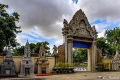 180730-24 Temple bouddhiste (2018 Trip) (clamato39) Tags: olympus temple bouddhiste phnompenh cambodge cambodia asia asie ciel sky clouds nuages voyage trip porte door