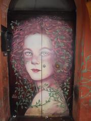 861 (en-ri) Tags: ale senso ragazza girl rosso verde nero edera door porta bologna wall muro graffiti writing