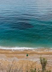 propósito: decisión (este año hablo con mi jefe!!!) (*BegoñaCL) Tags: sea mar meditérráneo caladelmoraig alicante 1 man blue waves sand begoñacl verde green