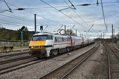 91119 - Sandy - 31/12/18. (TRphotography04) Tags: intercity swallow liveried lner 91119 bound green depot 1977 2017 speeds past sandy working 1d08 0933 london kings cross leeds