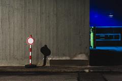 Nachtschicht (Peter Glaab) Tags: hamburg wand stopper grau blau strase licht nacht kreis rot olympus 45mm zuiko schild