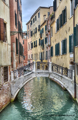 Ponte de le Colonne (Jan Kranendonk) Tags: venice venetian italy italian europe european buildings city town architecture travel water canal street alley narrow small little houses home hdr venezia old historical sky cloudy clouds bridge