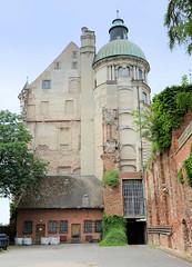 9583 Rückansicht vom Schloss Güstrow - das Güstrower Schloss ist eines der bedeutendsten Renaissancebauwerke Norddeutschlands und ist weitgehend im Originalzustand erhalten. Der Nordflügel des Schlosses wurde 1591 nach Entwürfen des Architekten Philipp Br (stadt + land) Tags: rückansicht schloss güstrower renaissancebauwerk norddeutschland originalzustand nordflügel 1591 entwürfe architekt philipp brandin erbaut ostflügel 1594 claus midow stadtrundgang impressionen güstrow barlachstadt residenzstadt bilder foto altstadt mecklenburgvorpommern mecklenburg stadt stadtportrait historisch modern interessant sehenswürdigkeiten