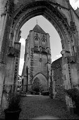 Eglise St-Jean de Verneuil-sur-Avre (Philippe_28) Tags: verneuilsuravre eure normandie france europe 27 24x36 argentique analogue camera photography film 135 bw nb