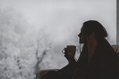 Fuori nevica... (mariateresa toledo) Tags: ragazza girl inverno winter neve snow tazza cup tea freddo cold controluce backlight sonya7riii 85mmf14za mariateresatoledo dsc07920modifica2