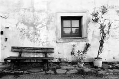 Waldviertel Impression - Geras (jazzfoto.at) Tags: sw bw schwarzweiss blackandwhite blackwhite noirblanc bianconero biancoenero blancoynegro zwartwit pretoebranco sonyrx100m3 rx100m3 rx100miii sonyrx100iii sonydscrx100iii dscrx100iii window holzbank bank olenader fassade