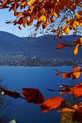 Roter Herbst (Vronerle) Tags: heimat home wandern hiking tegernsee herbst autumn fall kirche chruch nah fern unscharf bayern bavaria heimweh see lake rot orange blau red blue