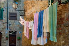 Jour de lessive (Pascale_seg) Tags: spello italie italia panni pannistesi jourdelessive rue ruelle village lampadaire maison house casa pierres ombrie umbria