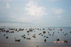 Mui Ne harbour in early morning (Tuan Anh Sym) Tags: 135film autoboy canon vietnam muine phanthiet outdate kodak harbour development poverty