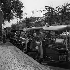 วัดโพธิ์ (oxo oxo) Tags: superfujicasix fuji fujica camera mediumformat foldingcamera ilforddelta100 ilford delta100 expired expiredfilm film 120 6x6 blackwhite blackandwhite bw monochrome bangkok analog ishootfilm filmisnotdead filmcamera filmphotography streetphotography