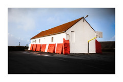 Vive le sport. (Scubaba) Tags: europe france pasdecalais couleurs colors bâtiment building basketball rouge red