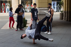 Sarajevo - Ulica Maršala Tita (Añelo de la Krotsche) Tags: sarajevo ulicamaršalatita bosnaihercegovina bosnieherzégovine boy junge muchacho garçon danse dance baile tanz homme hombre mann man