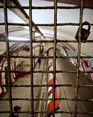 Anglų lietuvių žodynas. Žodis cage reiškia 1. n 1) narvelis; 2) belaisvių stovykla; 3) liftas, kabina;2. v uždaryti į narvelį lietuviškai.
