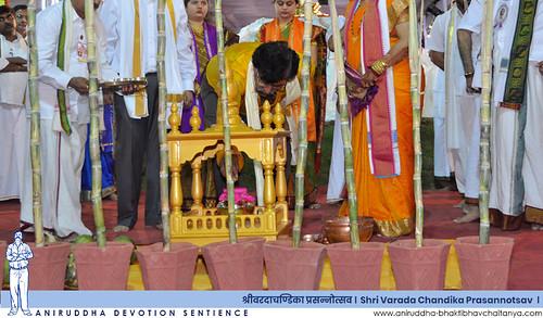 Sadguru Shree Aniruddha performing poojan of Avadhoot Kumbha during Varada Chandika Prasannotsav | वरदा चण्डिका प्रसन्नोत्सवात अवधूत कुंभाचे पूजन करताना सद्गुरु श्रीअनिरुद्ध बापू