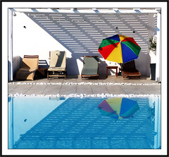 Le parasol multicolore -  The multicolored sunshade (diaph76) Tags: extérieur grèce greece paros île cyclades piscine swimmingpool ombres shadows parasol reflets reflections umbrella eau water