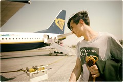 Cassius (Steve Lundqvist) Tags: sky airplane aereo travel traveller travelling jurney viaggio uk london england inghilterra ledder scala aircraft ryanair airline wing cielo strada hairstyle hair face boy handsome cassius clay fashion model