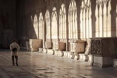 Un pensiero (AltoEnGrasas) Tags: personas people arquitectura shadows sombras memorial cementerio cimintero arc oldman viejo vejez italia pisa italy