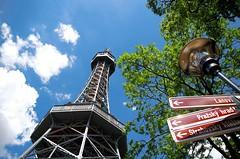 Ceci n'est pas la Tour Eiffel (Atreides59) Tags: prague praha républiquetchèque czechrepublic arbre tree ciel sky nuages clouds green vert rouge red jaune yellow blue bleu urban urbain pentax k30 k 30 pentaxart atreides atreides59 cedriclafrance