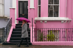 The Notting Hill colours (ralcains) Tags: london nottinghill colours street streetphotography england calle fotografiadecalle pink house rain umbrella paraguas lluvia leica leicam240 35mm telemetrica rangefinder leicam m240 voigtlander