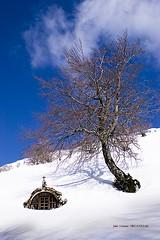 Egiriñao y la Virgen de las Nieves (Jabi Artaraz) Tags: gorbea nieve invierno sol sun