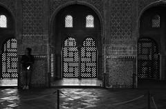 Amélie e l'audioguida (encantadissima) Tags: granada alhambra andalusia bienne people