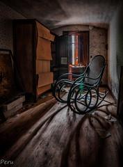 Mecedora (Perurena) Tags: mecedora silla chair mueble furniture sombras shadows luces lights atico attic casa house abandono decay suciedad dirty urbex urbanexplore