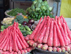 paharganj, new delhi (gerben more) Tags: vegetables india newdelhi delhi red carrots