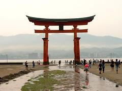 Miyajima - Devant le grand torii (Matrok) Tags: japan japon nihon miyajima itsukushima torii grandtorii grandtoriiditsukushima sanctuaireshinto sanctuaireditsukushima maréebasse estran mer merintérieuredujapon baiedhiroshima paysage landscape