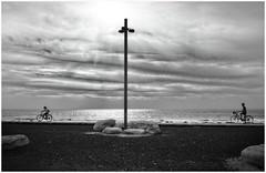 bikes on the beach (kurtwolf303) Tags: monochrome bikes fahrräder sky himmel laterne people persons leute bw sw sea meer clouds wolken ozean ocean silhouettes kurtwolf303