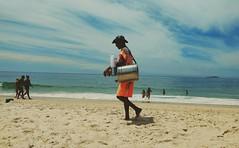 olha o mate!!!!!! (lucia yunes) Tags: vendedores vendedoresderua mar praia sol mate streetvendor sun sea seascape beach mobilephotographie mobilephoto motozplay luciayunes
