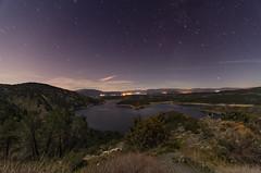 Noche en el Atazar. (Amparo Hervella) Tags: embalsedelatazar comunidaddemadrid españa spain paisaje noche nocturna naturaleza cielo estrella agua árbol roca largaexposición d7000 nikon nikond7000