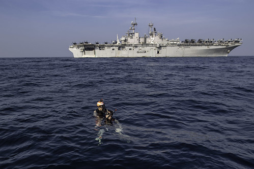 Sailors conduct search and rescue training.