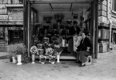 flower stand bucharest (Beto_mkna) Tags: hp5 400400 ecopro 11 12min canon ae1 28mm f28 bucharest fd