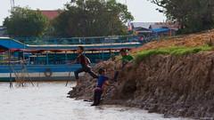 IMGP4378 Diving in the river (Claudio e Lucia Images around the world) Tags: kompongphlukfloatingvillage siemreap cambodia kompong phluk floating village siem reap pluck cambogia people portrait lady nice woman hat pentax pentaxart pentaxk3ii tamron tamron70200 tamronlens tamronart ritratto kampong kids playing bathing diving