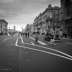 Wrong way (VladimirTro) Tags: россия архитектура санктпетербург монохром стрит квадрат russia russian saintpetersburg street canon eos europe dslr line square 500d building architecture photography photo people candid canon500d