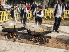 2748  Aprendices de cocinero (Ricard Gabarrús) Tags: cocina cocineros gente robados ricardgabarrus paella callejeando fiesta olympus comida ricgaba