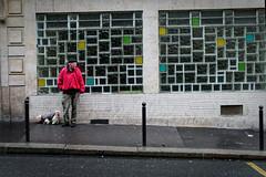 Un homme, son chiot et la grille colorée - Instants de cinéma parisien #4 (Paolo Pizzimenti) Tags: poubelle manteau grille verre carrelage rouge homme femme pluie paris paolo olympus zuiko omdem1mkii 17mm 25mm f18 doisneau film argentique pellicule