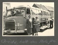 . (Kaïopai°) Tags: reisebus bus travel omnibus vintage tourismus kururlaub kur tourism reise ferien sommer summer reisedienst abfahrt abschied reisegruppe kässbohrer kassbohrer 1950s 1950er