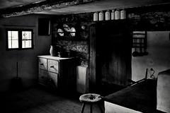 Der Herd in der Stube (Helmut Reichelt) Tags: bw sw kuchl küche stube leibthumhaus hanselbauernhof museumsdorf freilichmuseum dreiburgensee tittling kirche wallfahrtskapelle bayerischerwald sommer august niederbayern bavaria deutschland germany leica leicam typ240 captureone11 silverefexpro2 leicasummilux35mmf14asphii