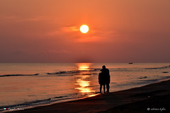 BUON SAN VALENTINO ! (Salvatore Lo Faro) Tags: sanvalentino amore coppia mare sole rosso nuvole acqua spiaggia riva onde risacca riflessi alba natura nature rodi gargano puglia italia italy salvatore lofaro nikon 7200