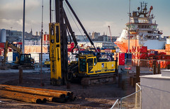 Going Deep. (HivizPhotography) Tags: aarsleff piling junttan pm20hlc tracked plant hire heavy construction infrastructure industry northsea oil aberdeen scotland uk boats harbour quay