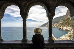 porto venere (Roberto.Trombetta) Tags: italy italia landscape view panorama sea ocean wind hair hat seagull from above porto venere castle castello cinque terre liguria swell big wave water sony alpha 7rm2 7rii batis225 carl zeiss batis 25 foam fine art fineart mare onda acqua costa oceano allaperto paesaggio bagnasciuga calma surreale spiaggia loneliness melancholy persone