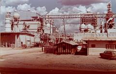 Projeto Jari - Monte Dourado, Almeirim, Pará (Francisco Aragão) Tags: projetojari montedourado pará jariflorestaleagropecuárialtda franciscoaragão fotografia fotografiaantiga estadodopará 1977 brasil brazil amazonia usinadeenergia fábricadecelulose instalaçãodafábricajari danielkeithludwig jari jariproject almeirim fabricadecelulose usinatermeletrica